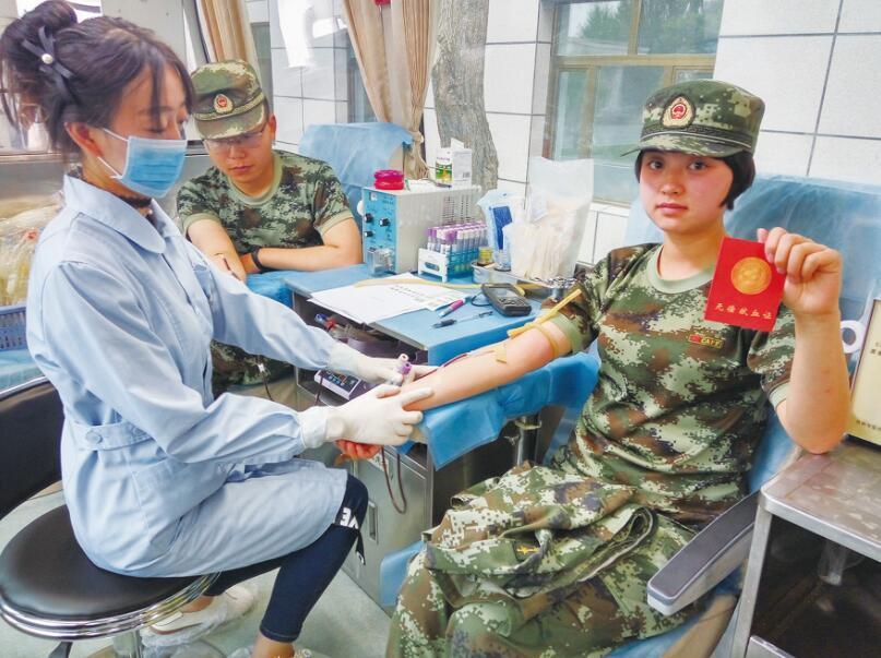 世界献血日武警官兵自发献血