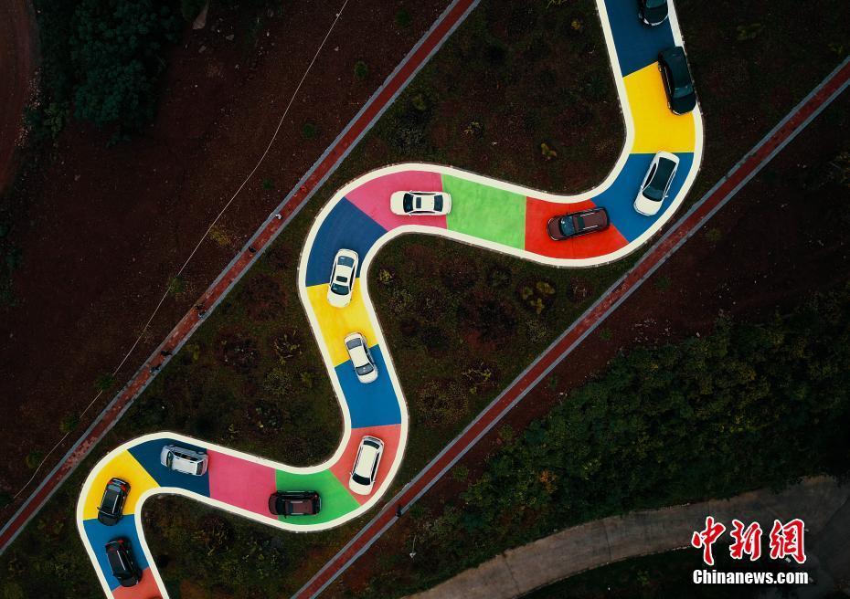 """重庆""""彩色S型公路""""正式通车 市民开车排队体验"""