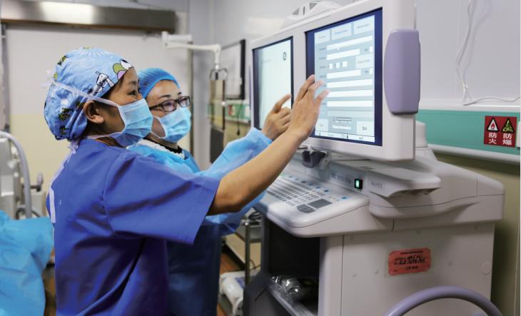 互助县医院医护人员为病人进行介入治疗
