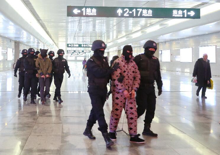 海东警方跨省作战5名电信诈骗嫌犯押解归案