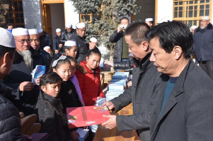 青海省残联联手爱心人士到化隆开展爱心物资捐赠活动