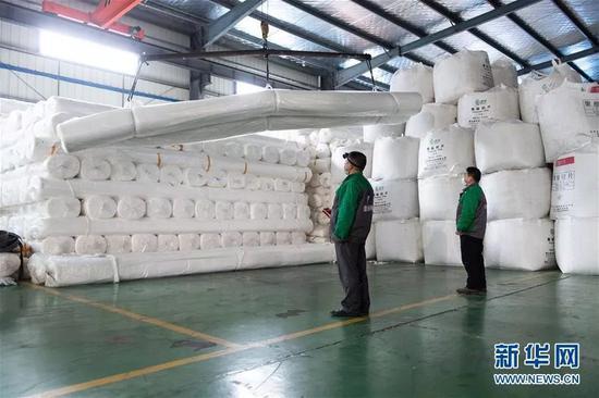 ▲2月6日,在湖南宁乡经开区长沙建益新材料有限公司,工作人员正在加紧赶制防止医疗废弃物污染土壤和地下水的防渗防护材料。