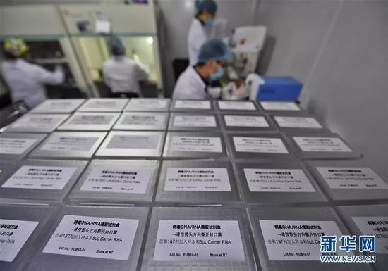 ▲2月10日,成都新百基生物科技有限公司技术人员在生产病毒核酸提取试剂盒。新华社记者 刘坤 摄