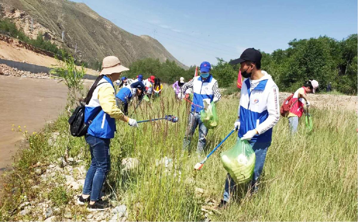 共青团海东市乐都区委组织开展净滩行动