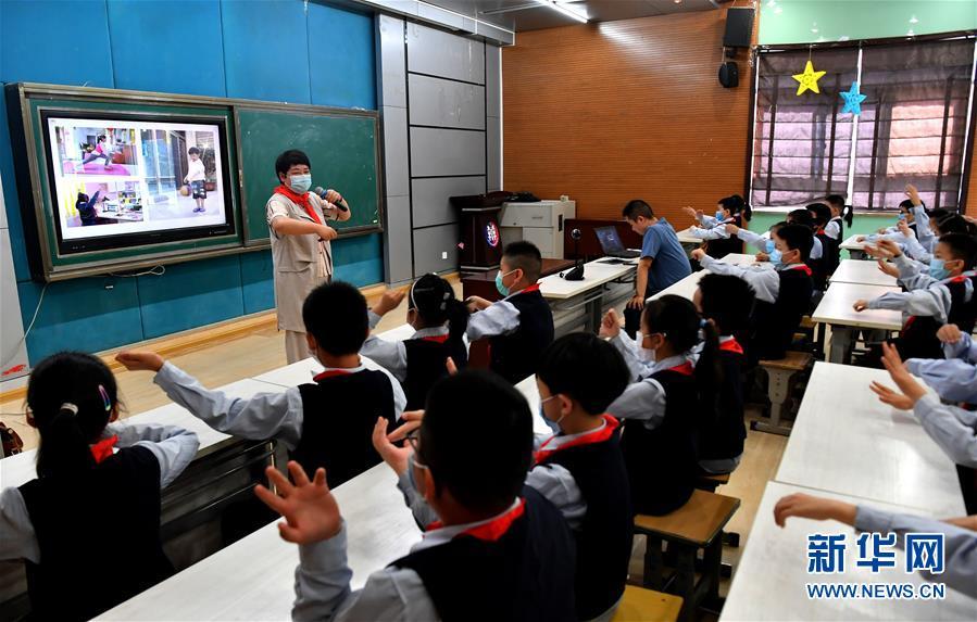 """(新华全媒头条·图文互动)(18)""""美丽的中国梦属于你们""""——以习近平同志为核心的党中央关心少年儿童工作纪实"""